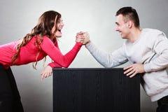 Défi de bras de fer entre de jeunes couples Images libres de droits
