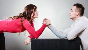 Défi de bras de fer entre de jeunes couples photos libres de droits
