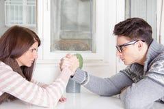 Défi de bras de fer entre un jeune couple photos libres de droits