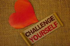 Défi des textes d'écriture de Word vous-même Concept d'affaires pour le rose fort de lavande de défi d'amélioration d'encourageme photographie stock