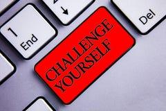 Défi des textes d'écriture de Word vous-même Le concept d'affaires pour l'affichage fort de défi d'amélioration d'encouragement d photo libre de droits