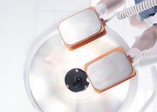Défibrillateur d'électrodes dans des mains un docteur Image libre de droits