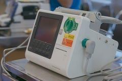 Défibrillateur dans la chambre de secours Photo libre de droits