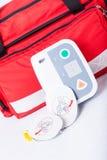Défibrillateur dans le kit de premiers secours Photos libres de droits