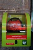 Défibrillateur externe automatisé à la station de train, StMoritz, commutateur Photo libre de droits