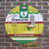 Défibrillateur public de coeur de secours d'utilisation Photos libres de droits