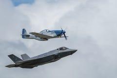 Défilé aérien du mustang P-51 et F-35 de la foudre II Image stock