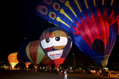 Défilé chaud de lueur de nuit de ballons à air Photos stock