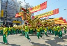 Défilé d'un dragon chinois pour des célébrations chinoises de nouvelle année Image libre de droits