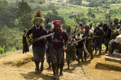 Défilé de guerriers dans la tribu de la Papouasie-Nouvelle-Guinée Huli Image libre de droits