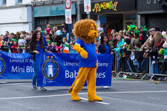 Défilé de jour de rue Patrick dans Limerick Images stock