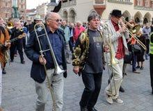 Défilé de la Nouvelle-Orléans de la barbacane à la place principale à l'été Jazz Festival à Cracovie Photographie stock
