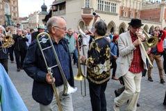 Défilé de la Nouvelle-Orléans de la barbacane à la place principale à l'été Jazz Festival à Cracovie Images stock