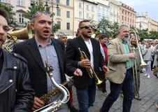 Défilé de la Nouvelle-Orléans de la barbacane à la place principale à l'été Jazz Festival à Cracovie Photos libres de droits