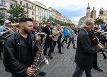 Défilé de la Nouvelle-Orléans de la barbacane à la place principale à l'été Jazz Festival à Cracovie Photo libre de droits