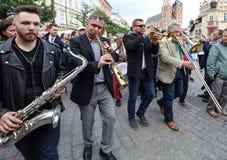Défilé de la Nouvelle-Orléans de la barbacane à la place principale à l'été Jazz Festival à Cracovie Images libres de droits