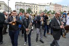 Défilé de la Nouvelle-Orléans de la barbacane à la place principale à l'été Jazz Festival à Cracovie Photographie stock libre de droits