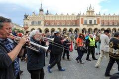 Défilé de la Nouvelle-Orléans de la barbacane à la place principale à l'été Jazz Festival à Cracovie Photo stock