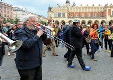 Défilé de la Nouvelle-Orléans de la barbacane à la place principale à l'été Jazz Festival à Cracovie Image libre de droits