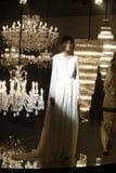 Défilé de mode de robe de mariage et de robe de soirée le long de lustre image stock