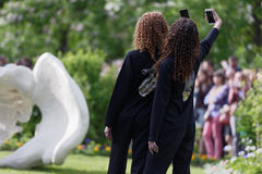 Défilé de mode théâtral en parc de Catherine, Pushkin, St Petersburg, Russie Photo stock