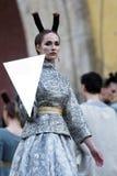 Défilé de mode théâtral en parc de Catherine, Pushkin, St Petersburg, Russie Image libre de droits