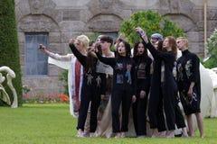 Défilé de mode théâtral en parc de Catherine, Pushkin, St Petersburg, Russie Images stock