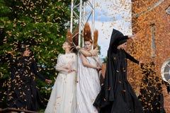 Défilé de mode théâtral en parc de Catherine, Pushkin, St Petersburg, Russie Photos stock