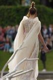 Défilé de mode théâtral en parc de Catherine, Pushkin, St Petersburg, Russie Photographie stock