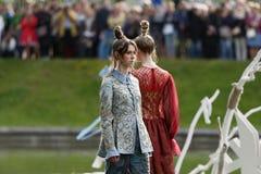 Défilé de mode théâtral en parc de Catherine, Pushkin, St Petersburg, Russie Photographie stock libre de droits