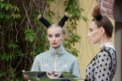 Défilé de mode théâtral en parc de Catherine, Pushkin, St Petersburg, Russie Image stock