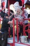 Défilé de personnes au carnaval avec des confettis Image stock