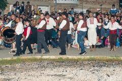 Défilé des participants aux jeux de Nestenar autour des charbons chauds dans le village des Bulgares Photographie stock libre de droits