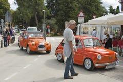 Défilé des voitures de vintage dans Novigrad, Croatie Photographie stock