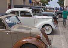 Défilé des voitures de vintage dans Novigrad, Croatie Photos stock