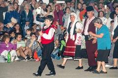 Défilé du nestinar rural le plus ancien aux jeux de Nestenar dans le village de Bulgari, Bulgarie Image libre de droits