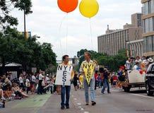 Défilé homosexuel de fierté de villes jumelles Photographie stock
