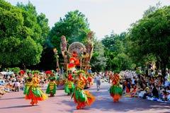 Défilé joyeux rêveur de Tokyo Disneyland de toutes sortes de contes de fées et personnages de dessin animé Image libre de droits