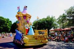 Défilé joyeux rêveur de Tokyo Disneyland de toutes sortes de contes de fées et personnages de dessin animé Photos libres de droits