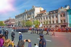 Défilé l'année carrée de vacances le 9 mai 2017 La Russie, Vladivostok Photos libres de droits
