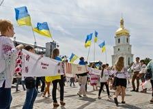 Défilé paisible des broderies ukrainiennes Image libre de droits