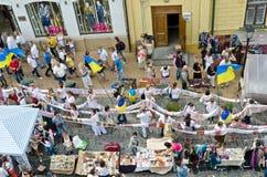 Défilé paisible des broderies ukrainiennes Photographie stock