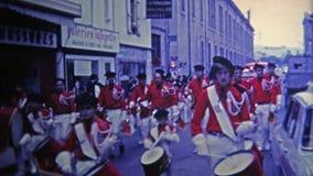 1969 : Défilé rouge français de fanfare sur la rue principale banque de vidéos