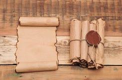Défilements de papier de cru Photo stock