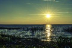 Défunt jour Sun au-dessus du lac photo libre de droits