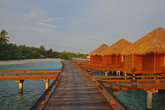 Défunt lever de soleil avec la lumière du soleil tombant partout dans la villa d'overwater photo stock