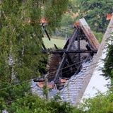 Dégâts causés par le feu, construisant avec le toit détruit Photos stock