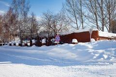 Dégagé de la route de neige en Russie Dérives énormes sur les bords de la route Congères dans la croissance humaine images stock