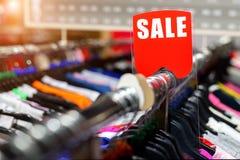 Dégagement au détail de magasin de vêtements Magasin de vêtement avec la tenue de détente de la diverse jeunesse lumineuse au pri images stock