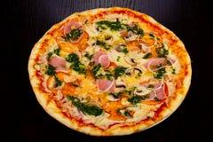 Dégagement délicieux de total de pizza image stock